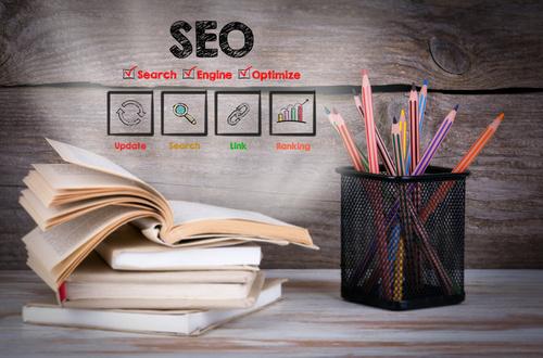 Ser periodista SEO es redactar piezas informativas que contemplen las técnicas de posicionamiento de contenidos, también llamadas SEO On Page. Los elementos más importantes del SEO de contenidos son las palabras claves o keywords y el contenido.